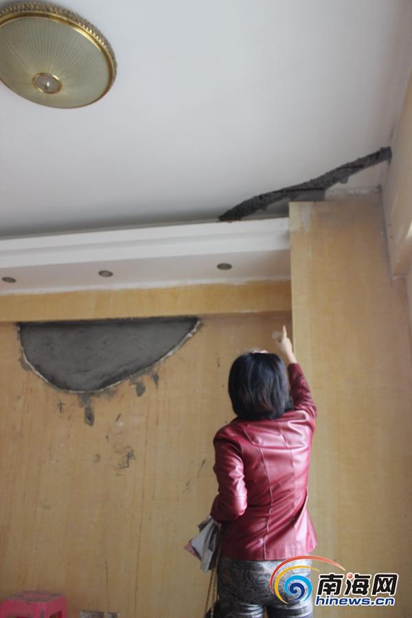 海口:屋顶渗漏楼上邻居不配合修补房主一家无奈住宾馆
