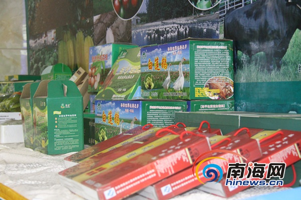 """12月25日,海南省品牌农业推进会上展示的澄迈名牌农产品。(南海网记者刘麦摄)   南海网海口12月30日消息(南海网记者刘麦)在12月25日,海南省召开的品牌农业推进会上,澄迈县推广了该县发展品牌农业总结出的经验,即""""农产品有了身份证才能卖出好价钱""""。不只是澄迈,海南各市县都有了品牌的意识,为促进品牌的发展行动起来。   2013年,海南省出台《关于加快推进品牌农业发展意见》,设立品牌发展专项资金,制定农业品牌培育计划,着力打造一批特色农产品品牌。省农业厅、省财政厅联合下发"""