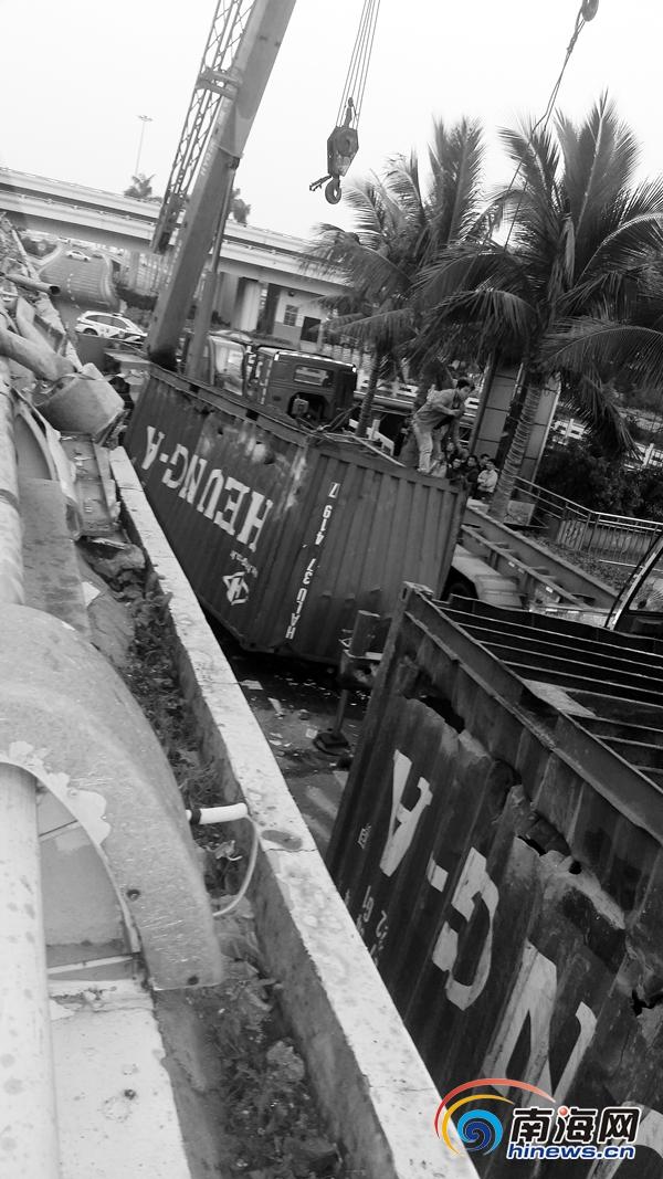 海口:拖挂车拐弯处突然减速集装箱飞出砸到龙昆北路