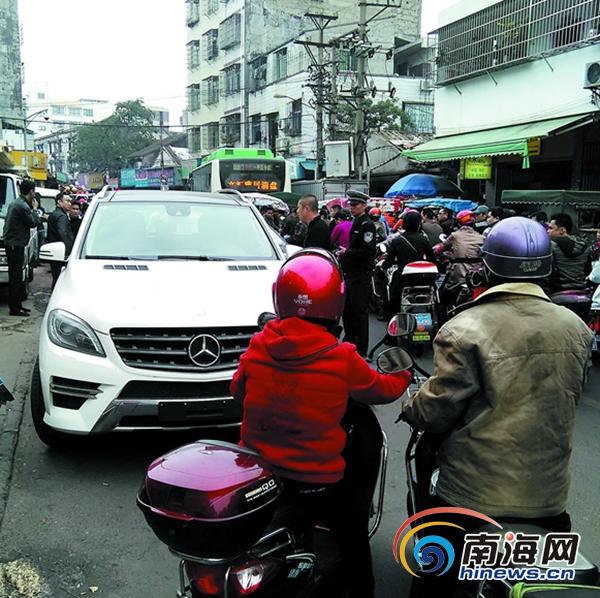 海口:无牌奔驰乱停堵路半个多小时司机称这是XX局秘书的车