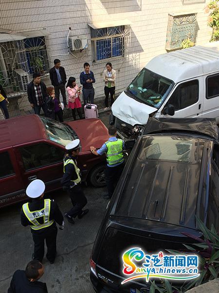 <b>三亚大真岭巷3车相撞多名赶飞机乘客受轻伤</b>
