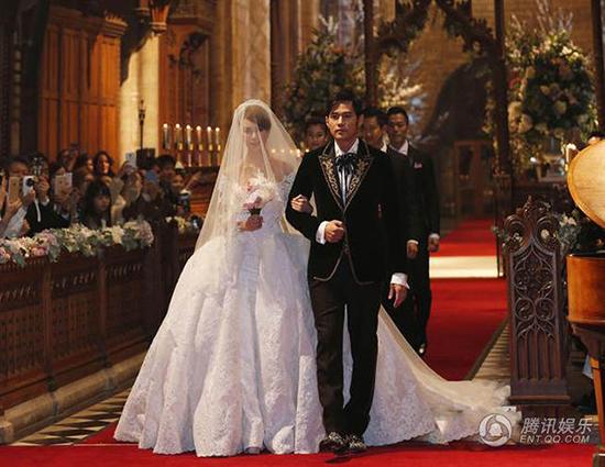 """周杰伦,昆凌在英国教堂举行婚礼,身上服装是""""欧式复古风""""手工订制"""