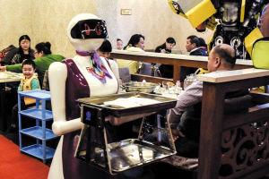 火锅店用机器人当服务员为顾客上菜