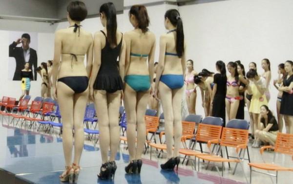 美女学生穿比基尼上课
