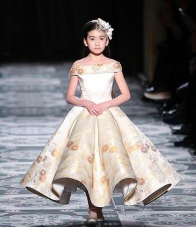 设计师劳伦斯·许主题为《敦煌》的时装发布会上,年仅9岁的中国小模特图片