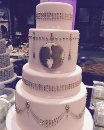 甚至蛋糕上的主角也是一只可爱的小羊,七彩色的蛋糕也代表了他此刻的