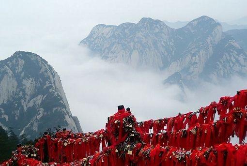 作为五岳之一的华山有一个金锁关,过了金锁关,另是一重天.登山