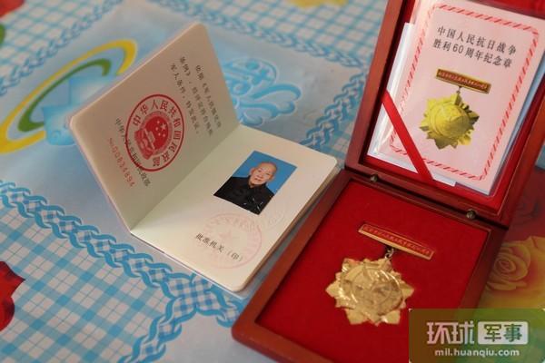 内蒙古军区某团党委探望92岁老兵 聆听抗战故事