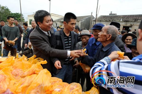 <b>海南省人大代表黄桂提赴澄迈中兴慰问240户孤独老人五保户</b>