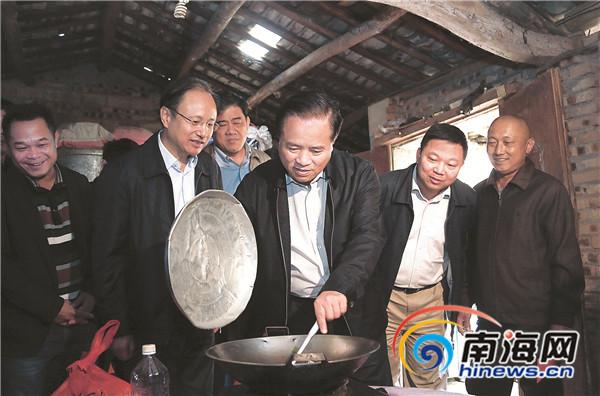 刘赐贵率团赴定安慰问时指出:关爱困难群体建设文明乡村