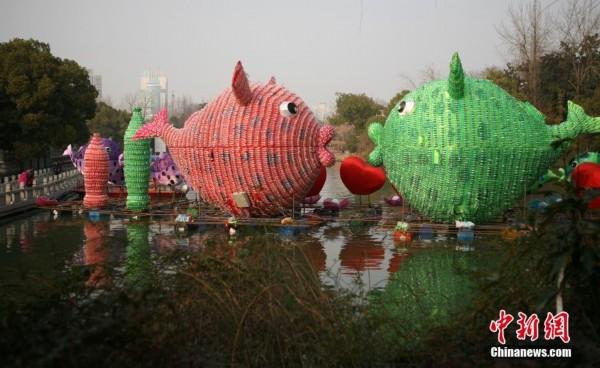 """寓意""""家家有爱,和和美美""""的""""亲亲鱼""""花灯高约10米,用5000只空饮料瓶组图片"""