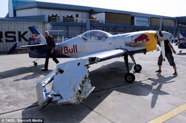 印度航展两飞机空中特技表演相撞