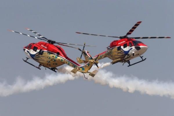 bulls特技飞行表演队的两架飞机在进行飞行表演时,发生机翼碰撞事故