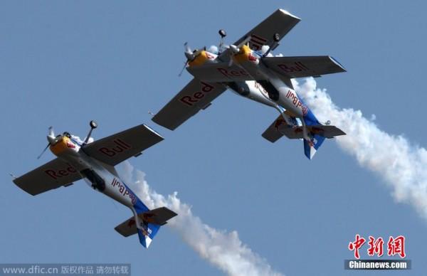 印度航展两飞机空中相撞 断翼后安全着陆
