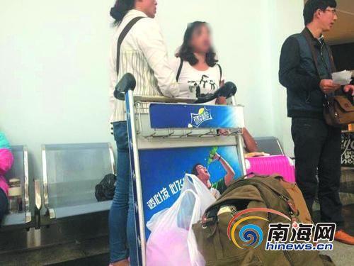 <b>买5张机票仅3人能登机一家5口海口遇机票超售困扰</b>