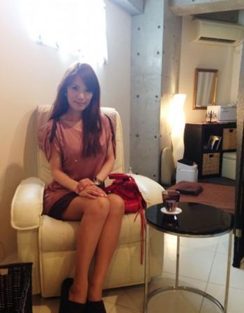 井上和子坐在沙发上.图片