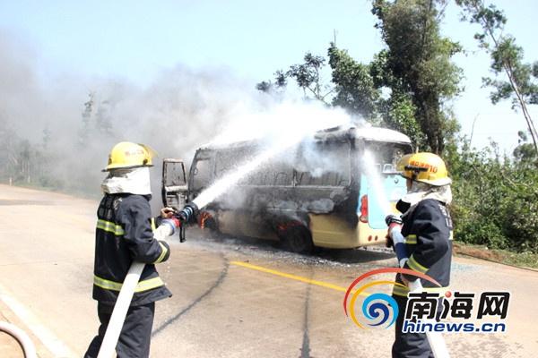 <b>海口中巴行驶途中自燃起火消防官兵及时将火扑灭</b>
