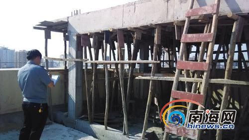 海口金城万花坊小区楼顶加盖两处建筑被疑是违建