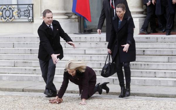 丹麦美女首相施密特在法国总统官邸爱丽舍宫前不慎摔了个嘴啃泥,图片