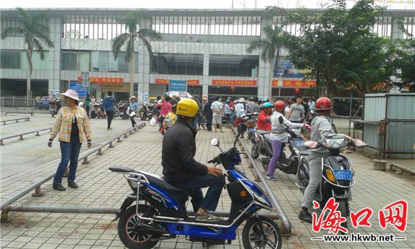 海口汽车南站广场遭电动车占据出租车通道被堵
