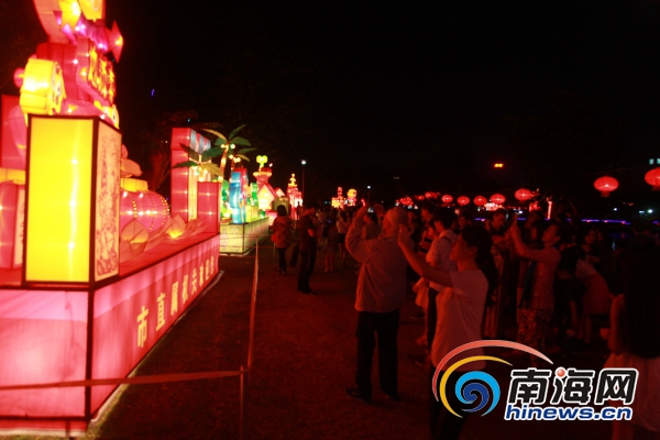 元宵节晚海口万绿园大型灯展引市民、游客赏灯