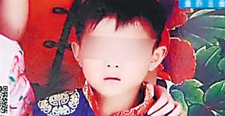 山东菏泽六岁小男孩捡到一根棒棒糖