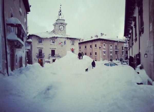 意大利小镇1天降雪2.5米 积雪可达楼房二层