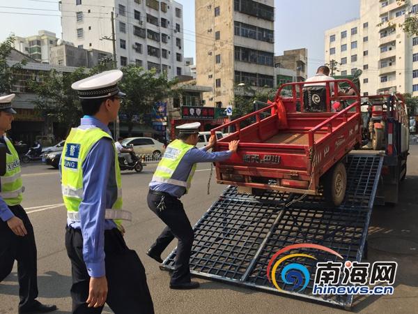 """海口交警整治""""三车""""3人无证驾驶三轮车被拘留"""