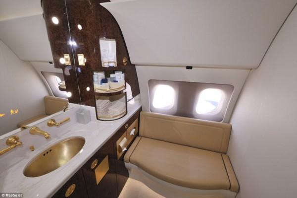 (网站截图)   飞机上的卫生间也进行了最高豪华配置,豪华皮革和金色的