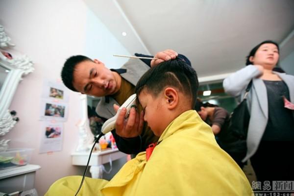"""摄影师拍湖北理发店给儿童""""剃龙头""""海南新闻网"""