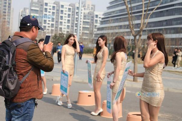 望京soho附近美女爆胸纹广告