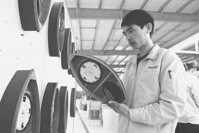 图:台企工人生产电子石英钟