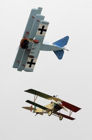 (网页截图)   强风几乎导致一些老式飞机无法表演,但经过微调,这些