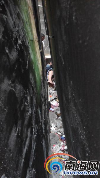 海口30公分墙缝里夹着个女人称自己爬进去饿得出不来