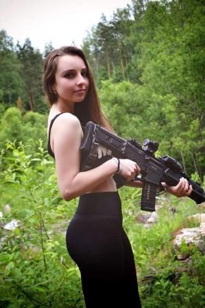 俄罗斯小美女家中械成堆