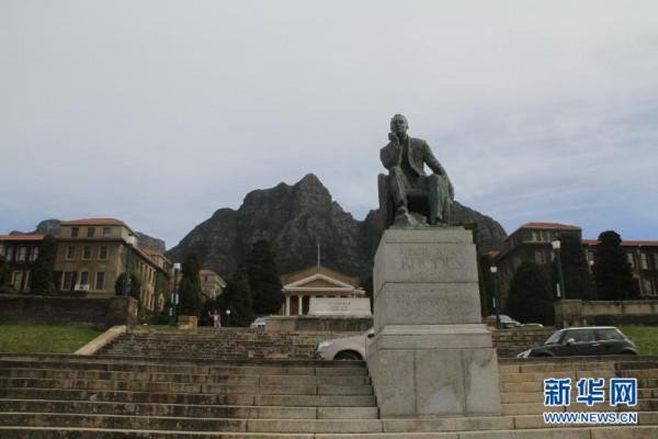 这是在南非开普敦大学内拍摄的罗兹雕像(2014年8月23日摄)。南非最近出现一股清除种族隔离时期人物纪念雕像浪潮,多个重要历史人物雕像遭到破坏。 受这股浪潮的影响,南非开普敦大学9日将位于大学校园内的英国殖民主义者代表塞西尔约翰罗兹的雕像拆除。据悉,在拆除前,雕像已遭到破坏。新华社记者高原摄