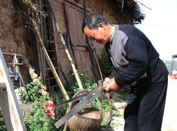 李书邦在整理修剪果树使用的工具(4月15日摄).新华社发(王益亮摄)