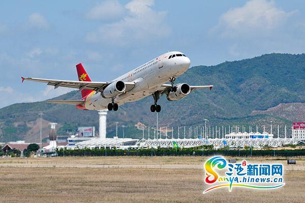 一架飞机从三亚凤凰国际机场起飞.(通讯员李鹏程摄)