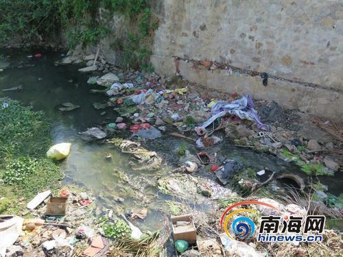 三亚田独河变巨大垃圾场河道内散布垃圾盼治理