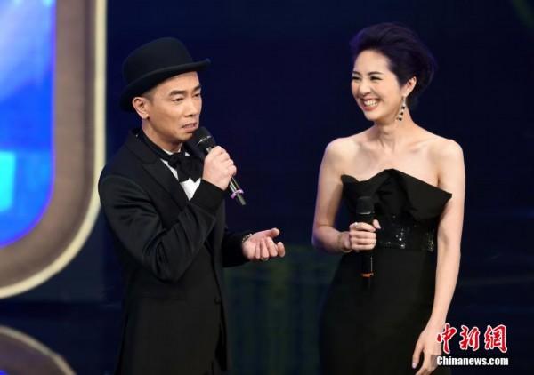 电影金像奖举行颁奖仪式,杨千嬅(右)、陈小春担任典礼司仪.中