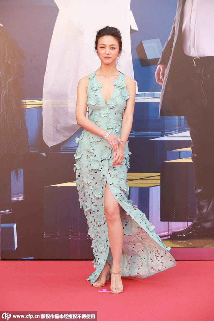 4届香港金像奖颁奖典礼红毯仪式即将举行,图为汤唯低胸美裙亮相