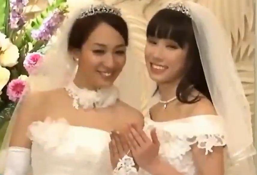 日本女同性恋艺人举办婚礼 同穿婚纱泪洒现场