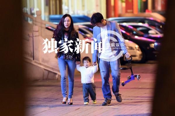 霍思燕一家牵手外出 杜江尽显暖男气质