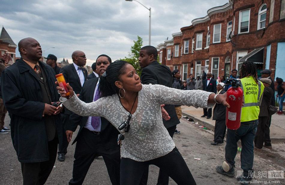 美国黑人街头_美国黑人黑帮暴乱与警察冲突现场_新闻_南海网
