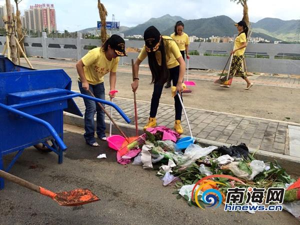 环球太太携手三亚鸿港新贸城做公益替环卫工人清扫街道