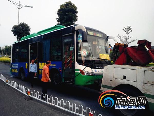 海口8路公交车线路老化自燃司机果断处理有惊无险