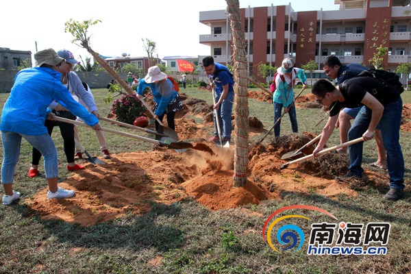 海南省直机关青年走进文昌翁田开展种树慰问系列活动