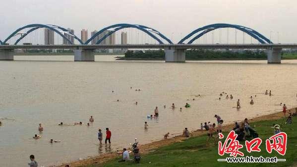 5日下午5时左右,记者在南渡江琼州大桥下看到,有近百人在江中游泳