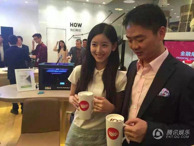 """村创业大街的""""JD+智能奶茶馆"""" 今日正式开业.刘强东携奶茶妹妹"""