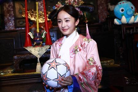电视剧《宫》晴川一角,这个角色被杨幂演绎得活泼俏皮,穿粉红色宫女